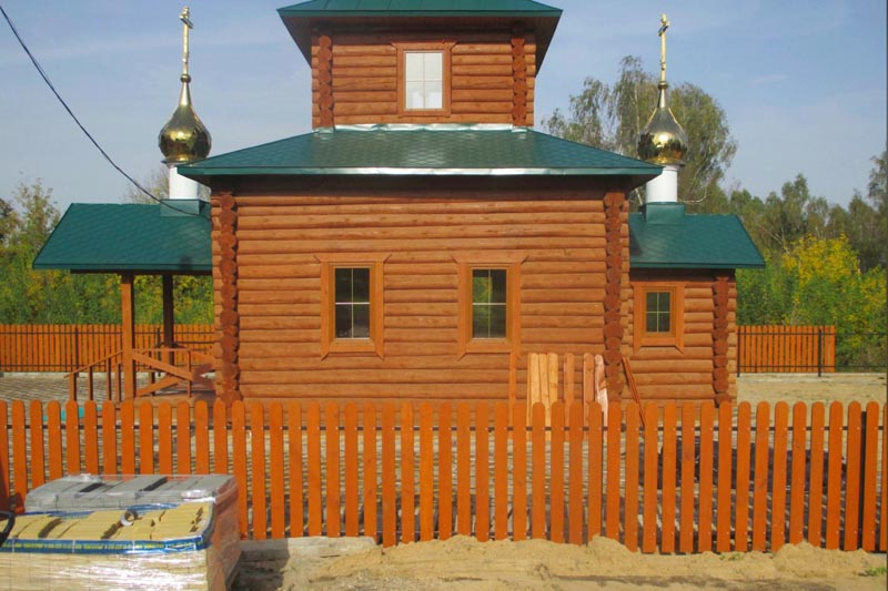 В селе Акуличи Брянской области идут строительные работы вокруг храма, построенного в традиция русского деревянного зодчества