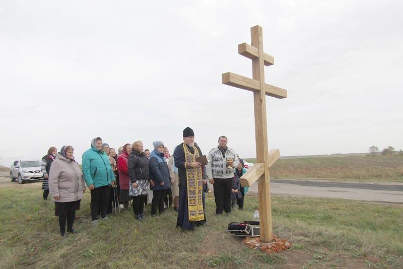 В брянском селе Старая Романовка по инициативе местных жителей, их попечениями и трудами сооружен и установлен поклонный крест