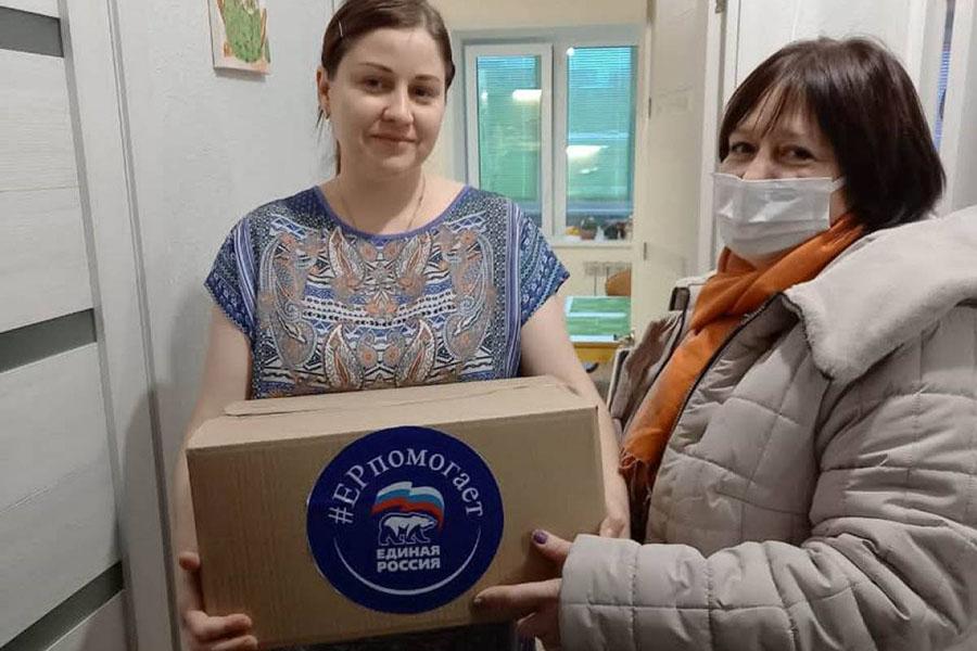 В Брянске сторонники «Единой России» доставляют продуктовые наборы на дом нуждающимся