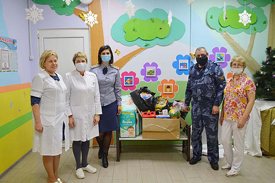 Сотрудники ИК-6, Клинцы Брянской области, поздравили малышей из Клинцовского дома ребенка с наступающим Новым годом
