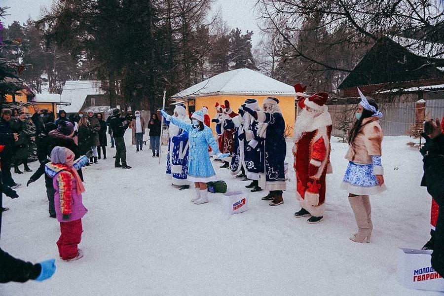 Молодогвардейцы устроили масштабную предновогоднюю акцию «Автопробег Дедов Морозов», чтобы 2,5 тысячам ребят из 56 детских домов привезти подарки