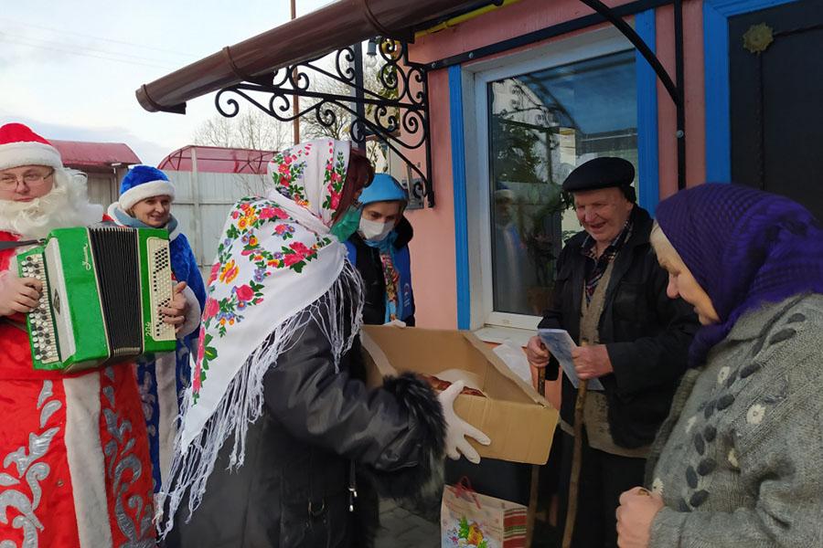 В Клинцовском районе с Новым годом ветеранов Великой Отечественной войны поздравили агитбригады
