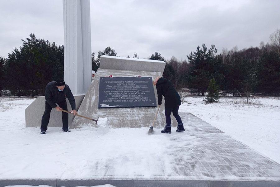 Добровольцы расчистили от снега мемориальный комплекс «Речечка» в Клинцовском районе