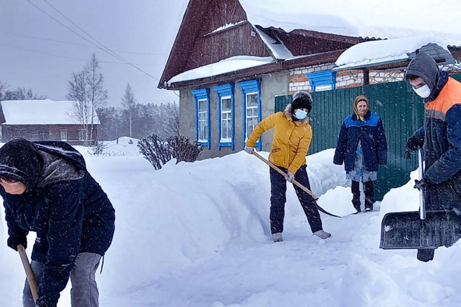 Стариков и инвалидов в Клинцовском районе не оставили наедине со снежной стихией: им на помощь пришли волонтеры