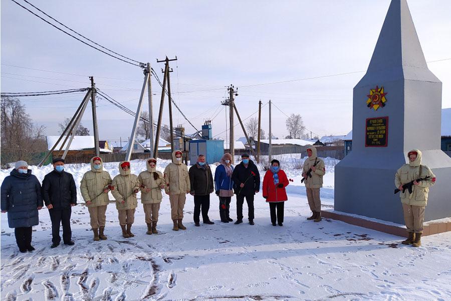 В Клинцовском районе 23 февраля провели церемонии возложения цветов к памятникам воинам Великой Отечественной войны