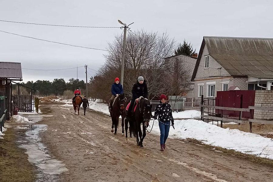 В Клинцах детей учат ездить верхом на лошадях