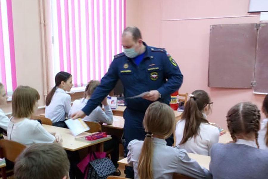 В Клинцах инспекторы МЧС научили выживать детей в экстремальных условиях и условиях ЧС