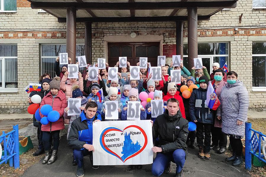 Флешмоб, который устроили школьники из Гулевки, не оставил и грамма сомнений, что Крым и Россия теперь навсегда вместе!