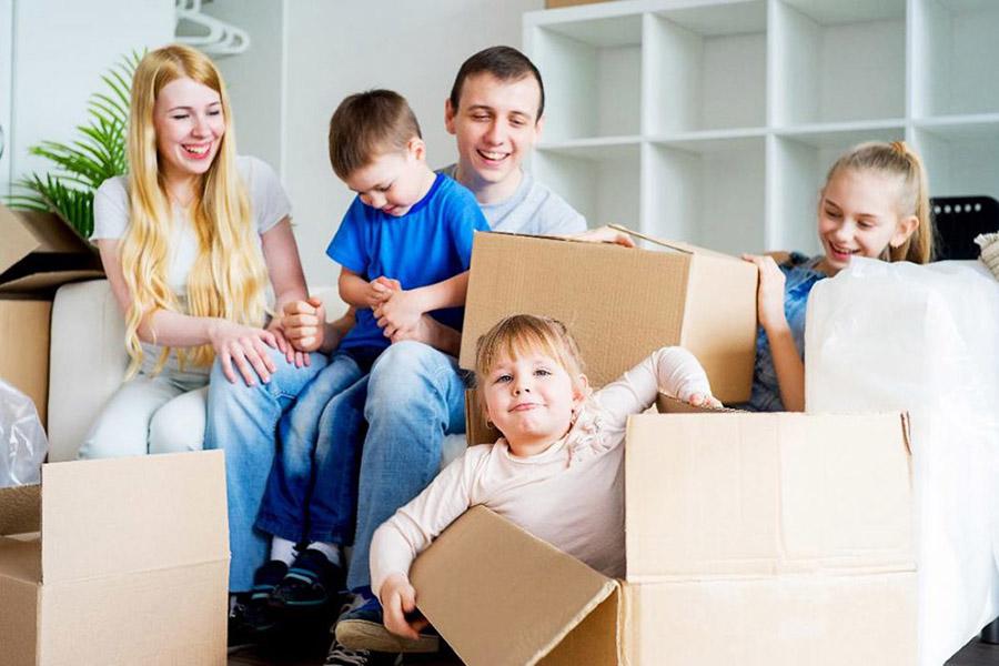 В Брянске поддержали 14 многодетных молодых семей: им вручили сертификаты на приобретение жилья