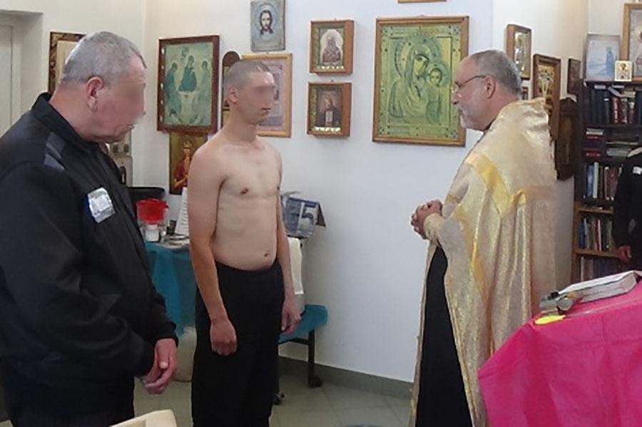 В Клинцовский ИК-6, в храме при исправительной колонии, провели таинство крещения