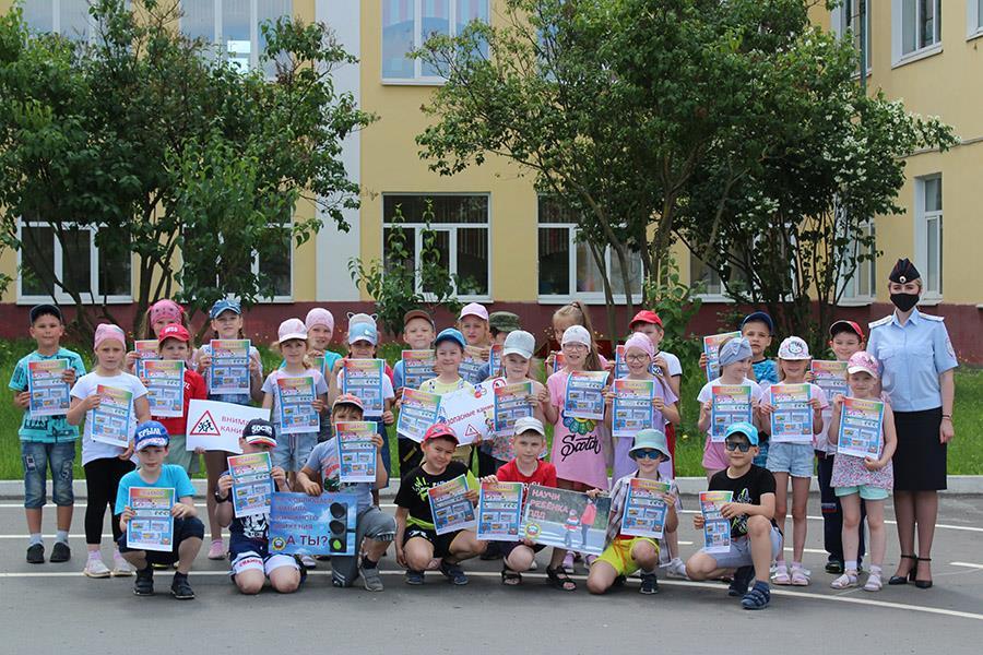 Сотрудники Госавтоинспекции города Клинцы на базе пришкольных лагерей обучают детей безопасному поведению на дороге