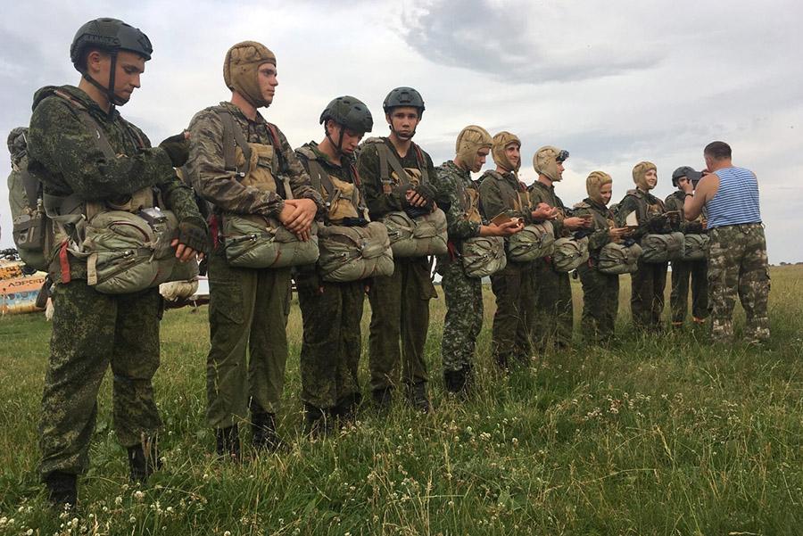 Студенты из Клинцов, Брянская область, совершили прыжки с парашютом с высоты в 1 тысячу метров