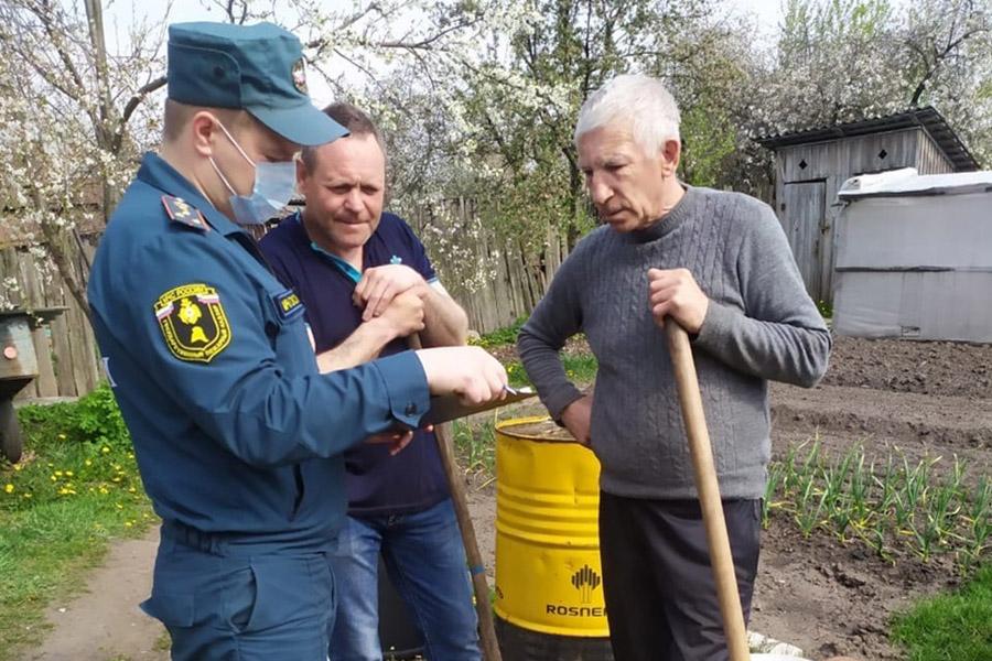 В Клинцах инспекторы МЧС ходят по домам и проверяют соблюдение мер пожарной безопасности