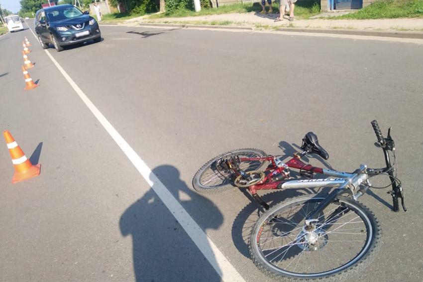 В Клинцах, на улице Мира, водитель автомобиля Nissan совершил наезд на 13-летнего велосипедиста