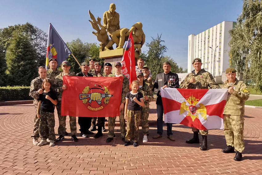Элита Росгвардии и воспитанники центра «Витязь-32» возложили в Брянске цветы к памятнику Круговая оборона