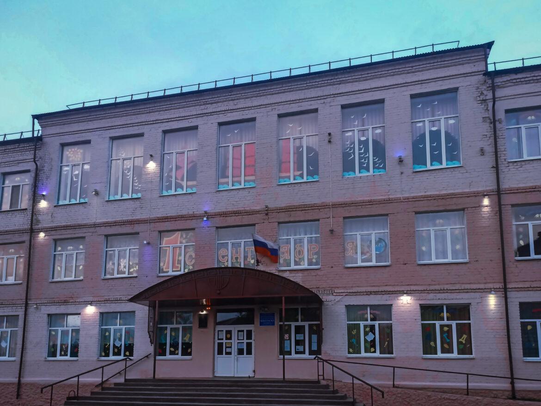 Свои пожелания ученикам в новом учебном году педагоги средней школы № 3 из Клинцов выразили красочно на фасаде школы