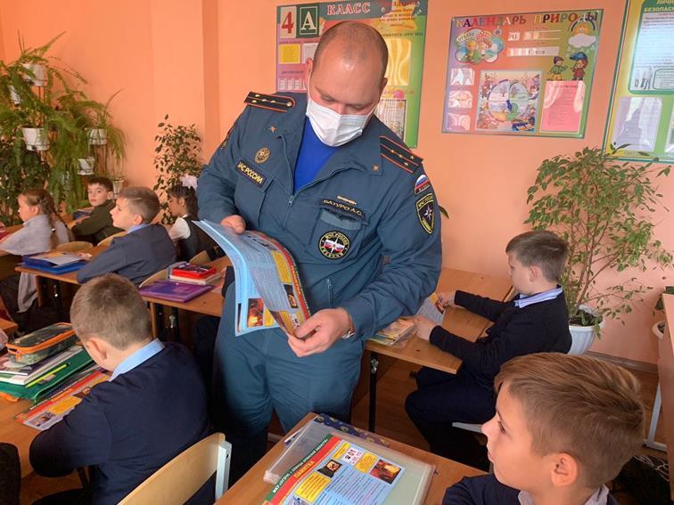 В Клинцах сотрудники МЧС и ГИМС на открытых уроках учат детей выживать при пожаре и мерам безопасности у открытой воды