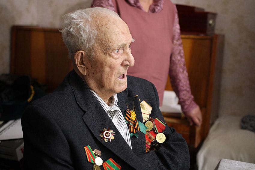 Брянские таможенники поздравили со 100-летним юбилеем ветерана Великой Отечественной войны!