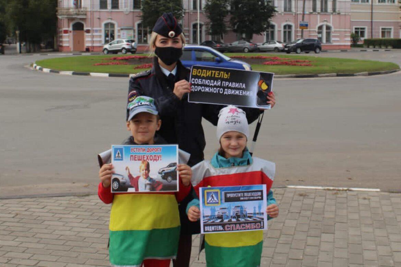 Сотрудники Госавтоинспекции города Клинцы вместе с детским садом № 22 «Солнышко» провели акцию «Водитель! Не спиши! Пешехода пропусти!»