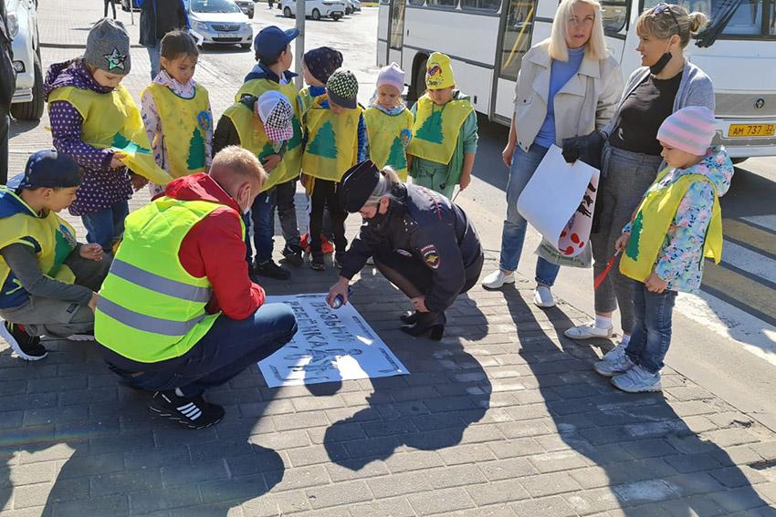 Госавтоинспекция города Клинцы совместно с дошколятами детского сада № 28 «Елочка» провели акцию «Возьми ребенка за руку»