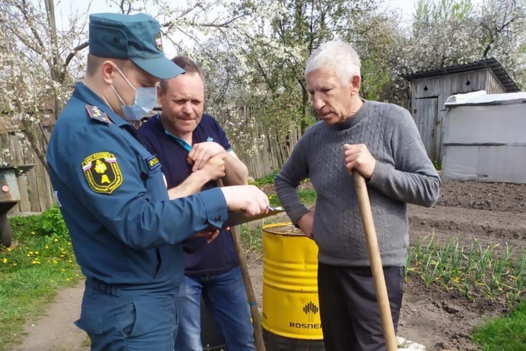В Клинцах сотрудники МЧС проводят противопожарные инструктажи населения
