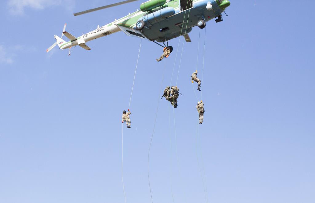 Брянские таможенники провели межрегиональные учения по беспарашютному десантированию из вертолета