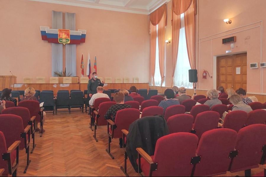Сотрудники МЧС провели занятия с педагогами из Клинцов по пожарной безопасности в отопительный сезон