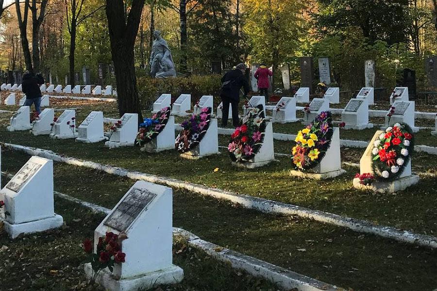 На городском кладбище, в районе Зубовки, убрали мусор и листву с центральной аллеи и территории Братского кладбища