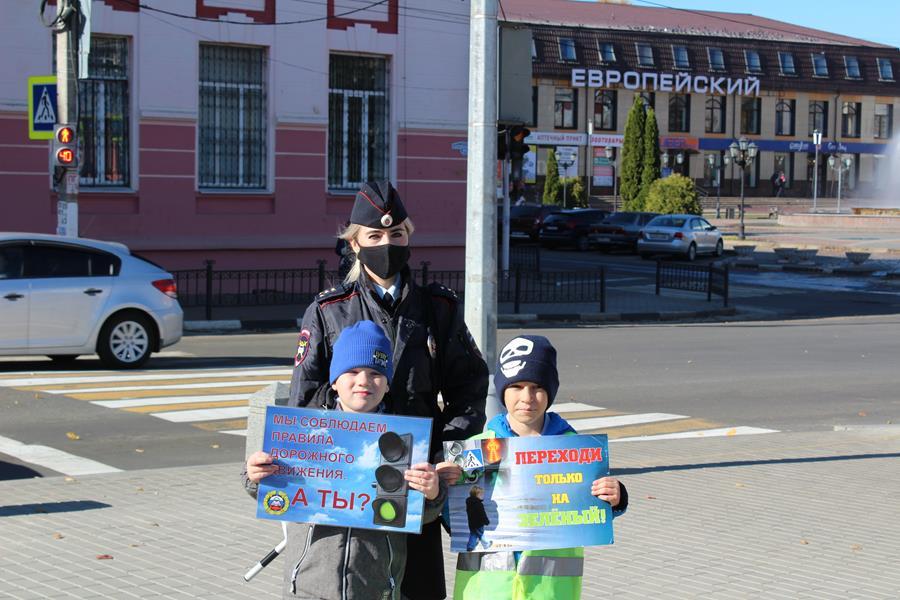 Сотрудники Госавтоинспекция города Клинцы совместно со школьниками провели акцию «Пешеход — на переход!»