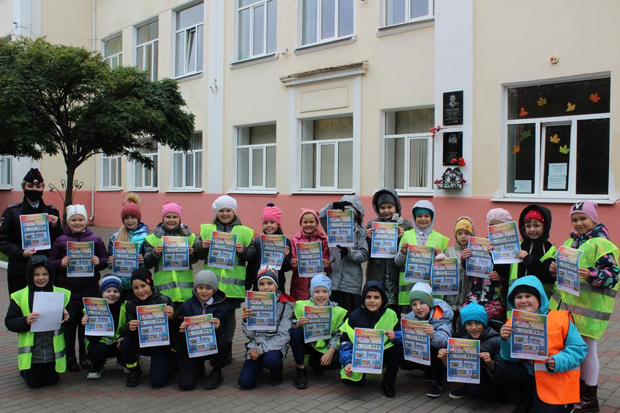Сотрудники ГИБДД учат школьников из Клинцов передвигаться по улично-дорожной сети