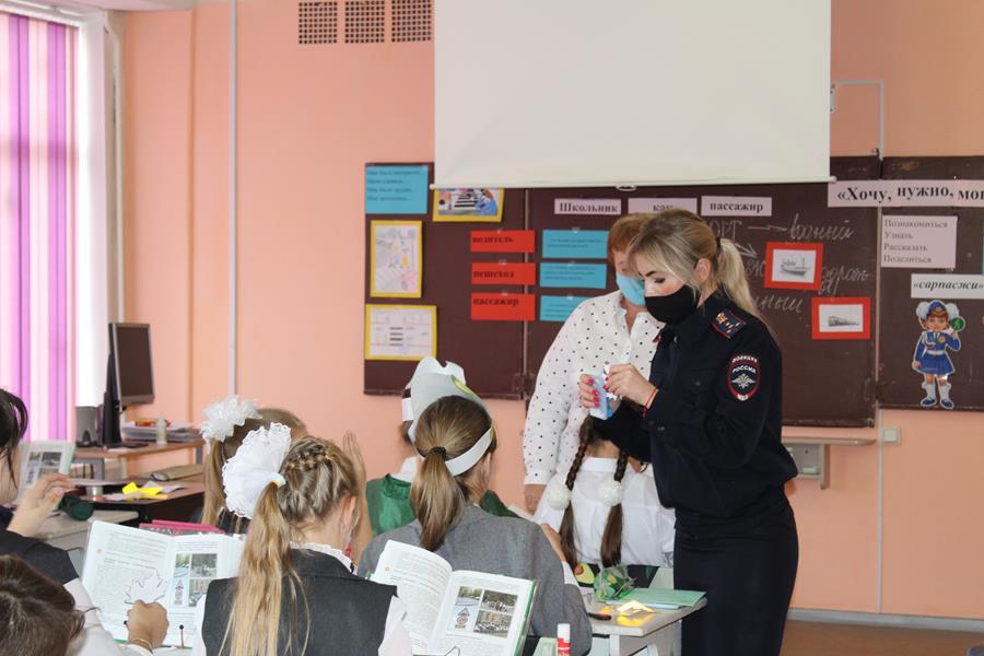 Сотрудники ГИБДД в средней школе № 7 города Клинцы провели мастер – класс «Засветись!»